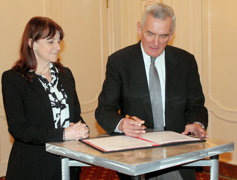 WEF Executive Director Eileen O'Neill and WERF Interim Executive Director Larry Jaworski signed an MOU to renew the WEF–WERF partnership for the second stage of the program — LIFT 2.0. WEF photo/Laura Leslie.