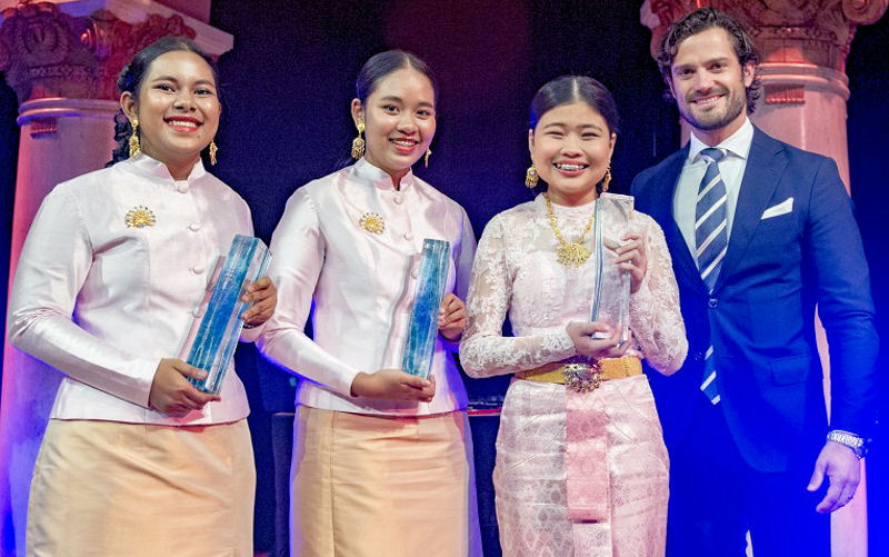 The team of students from Thailand — from left, students Kanjana Komkla, Sureeporn Triphetprapa, and Thidarat Phianchat — received the international 2016 Stockholm Junior Water Prize from Prince Carl Philip of Sweden. Photo courtesy of the Jonas Borg, Stockholm International Water Institute.