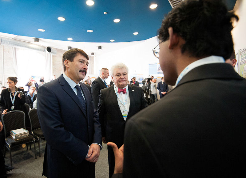 Alagappan talks to, from left, András Szöllősi-Nagy, co-chair of the International Programme Committee and president of the Drafting Group for the Budapest Water Summit 2016, and János Áder, Hungarian president, about his renewable heavy medal filter. Photo courtesy of Global Water Partnership Hungary.