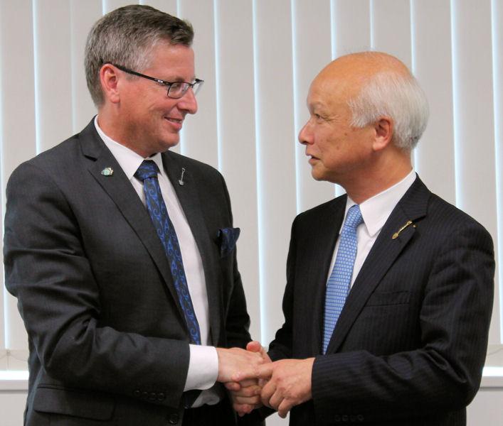 Warner congratulates Sokawa on his retirement. Photo courtesy of the Japan Sewage Works Association.